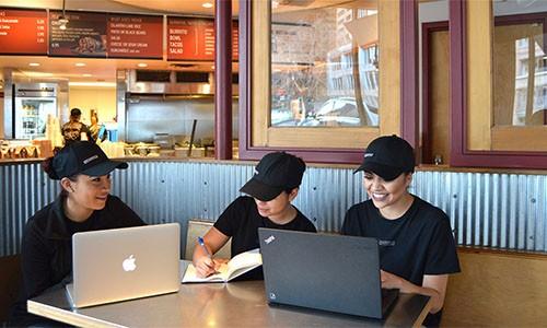 快餐连锁店Chipotle公布第二季度财报,股价创历史新高