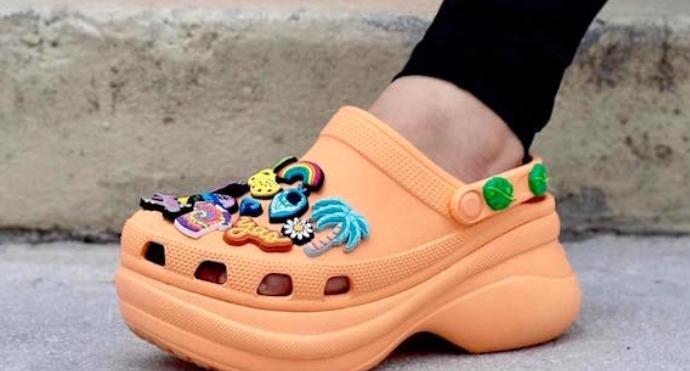 因衛生事件對消費者行為的影響,鞋類專家 Crocs 股價上漲